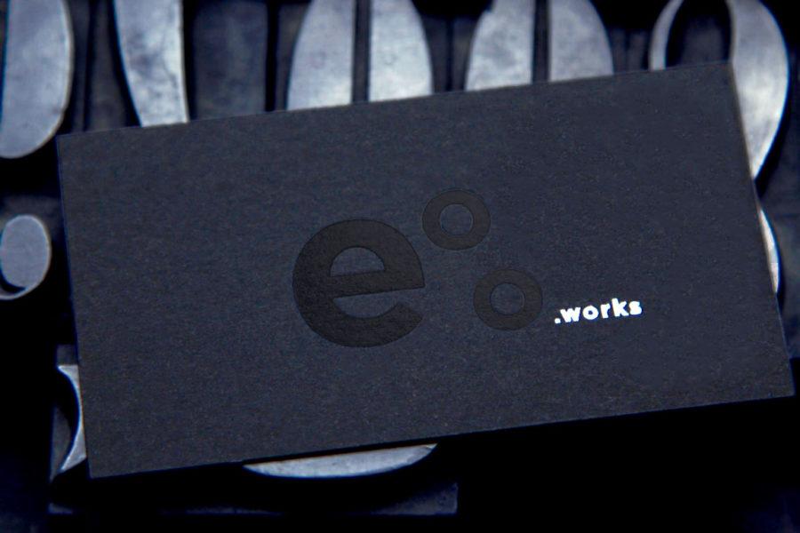Carte de visite papier pur coton noir avec l'impression du logo en dorure noire et argent par Intaglio imprimerie pour Eoo.works