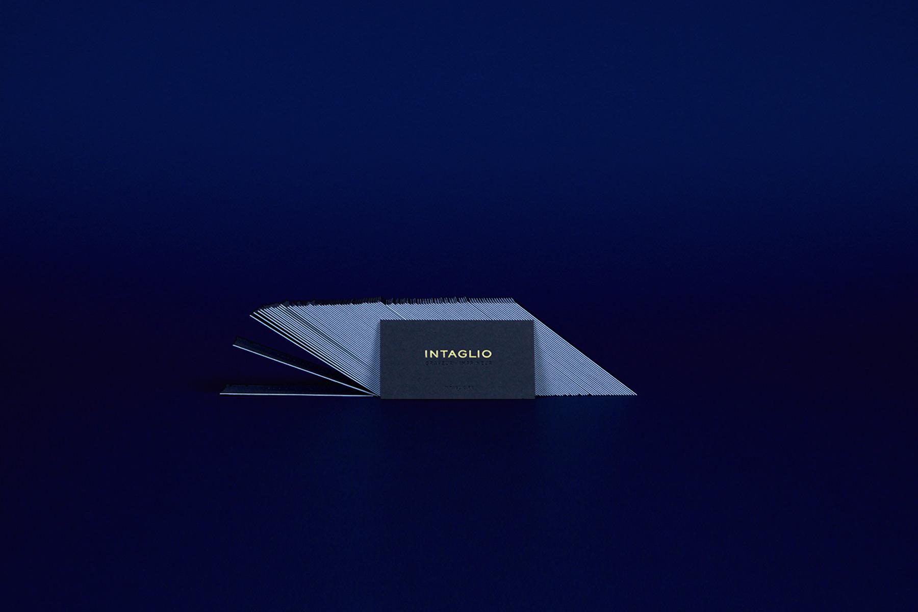 la photo représente la carte de visite de l'imprimerie Intaglio imprimée en gravure or sur papier noir