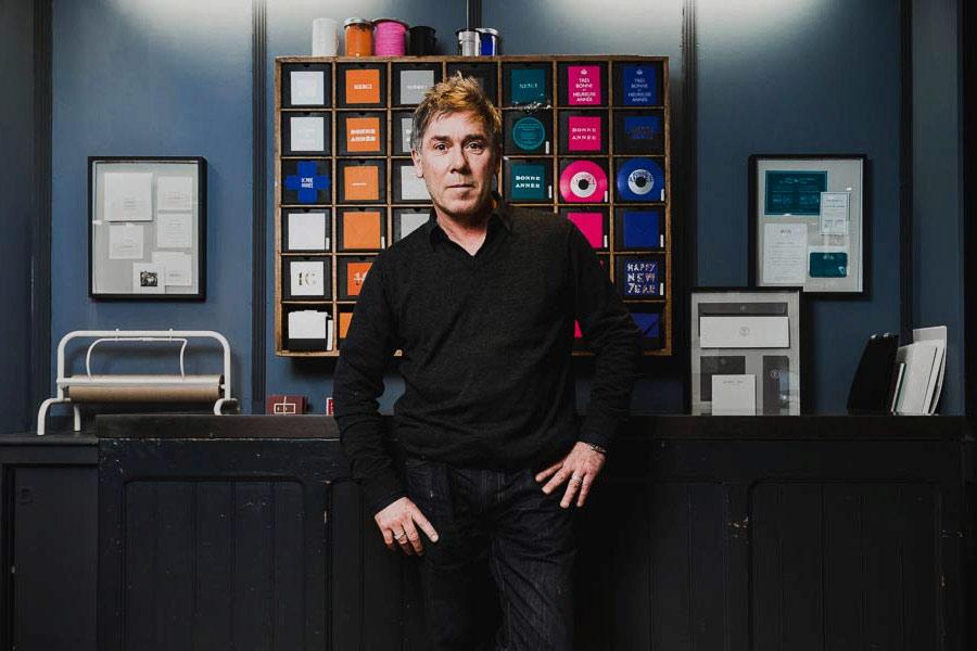 la photo représente Stéphane Le Sauter dans la boutique Intaglio à Paris 17