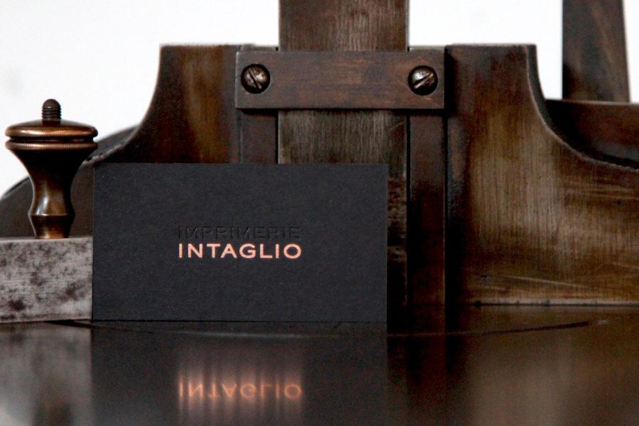 Une carte de visite Intaglio pour Intaglio gravé Or Rose sur carte noire et blanche contrecollée