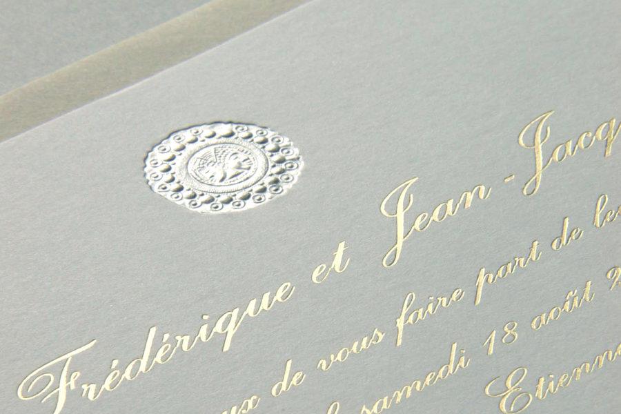Faire part de mariage médaillon gravure argent et texte typographie Anglaise en gravure or sur papier écru imprimé par Intaglio