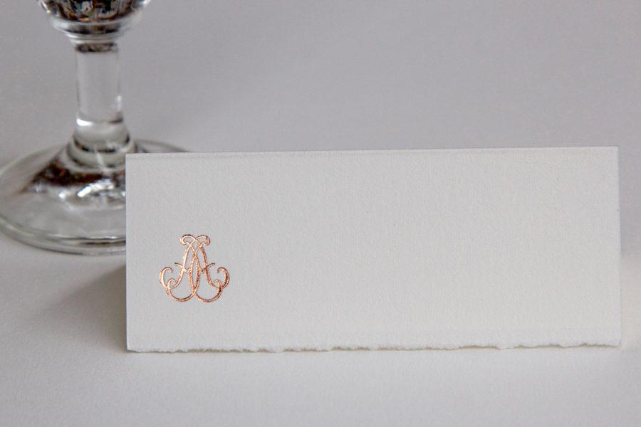 Faire-part de mariage et marque-place Monogramme gravé en Or rose sur papier Vélin d'Arche imprimé par Intaglio