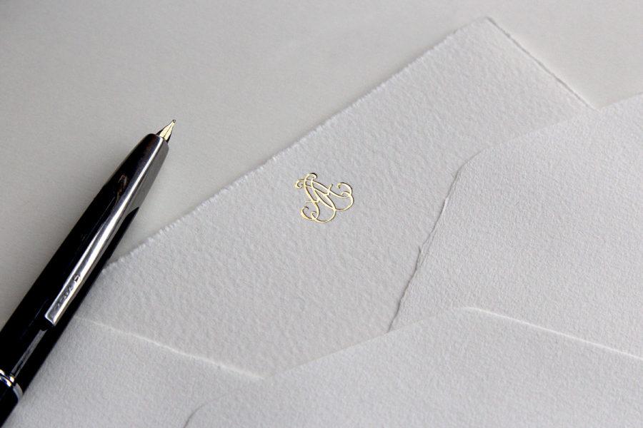 Faire-part de mariage et enveloppe Monogramme gravé en Or sur papier Vélin d'Arche imprimé par Intaglio