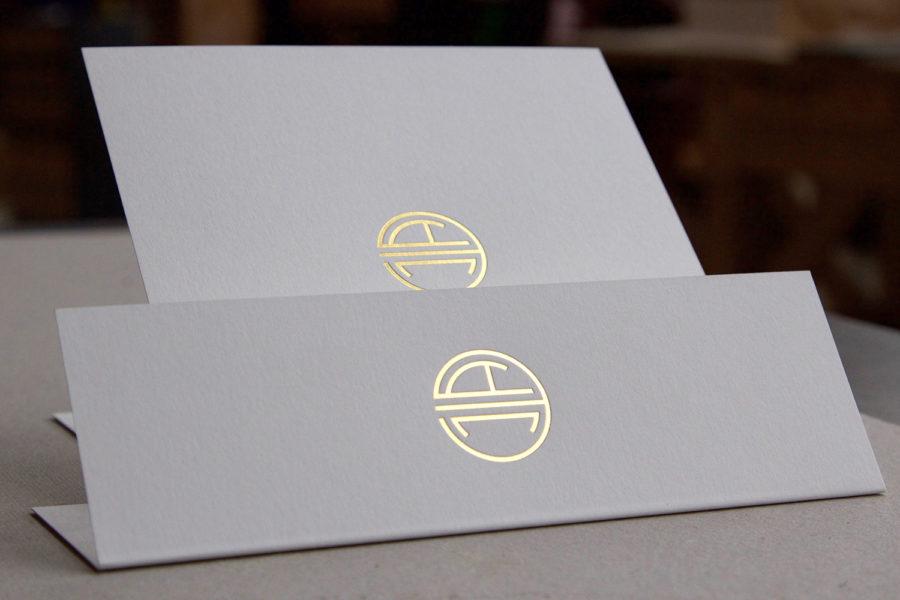 Menu et faire-part de mariage avec en couverture un monogramme art-déco en gravure or par l'imprimerie Intaglio