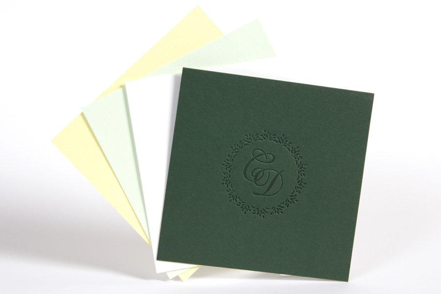 Faire-part de mariage avec monogrammes estampés sur papiers d'édition vert pistachio, citron et blanc naturel par l'imprimerie Intaglio
