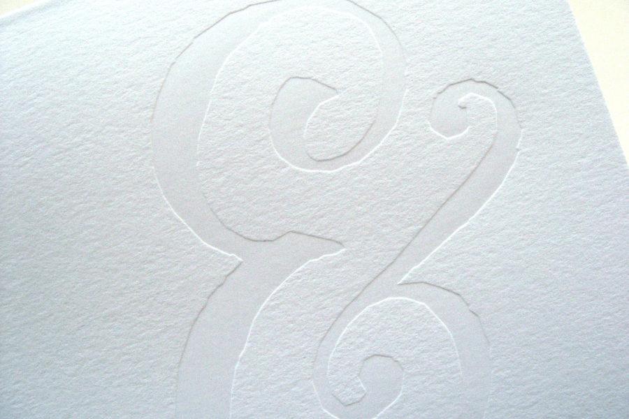 Esperluette en estampage à chaud sur couverture d'un faire-part de mariage en papier coton blanc par l'imprimerie Intaglio