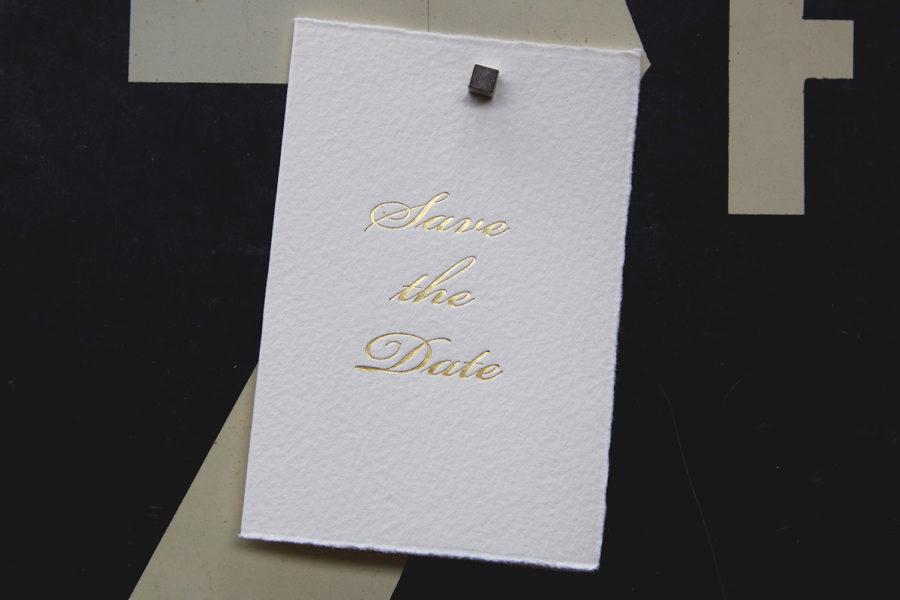 Faire-part de mariage et Save the Date typographié en Anglaise gravé en Or sur papier Vélin d'Arche imprimé par Intaglio