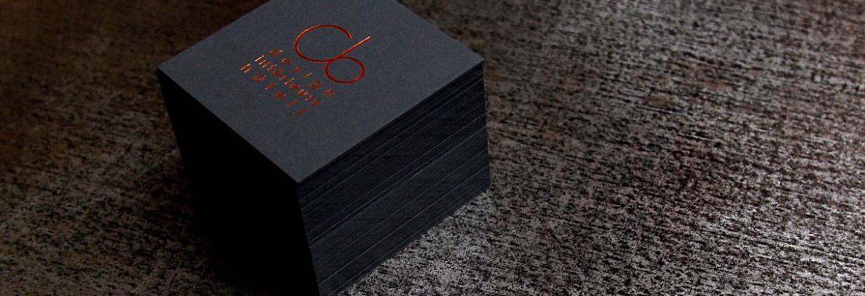 Carte de visite pour CB design intérieur hotels imprimée dorure rouge métal sur carte noire épaisse par imprimerie Intaglio Paris
