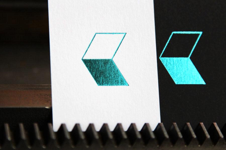 Carte de visite blanche imprimée au recto avec logo en dorure vert métallique par Intaglio