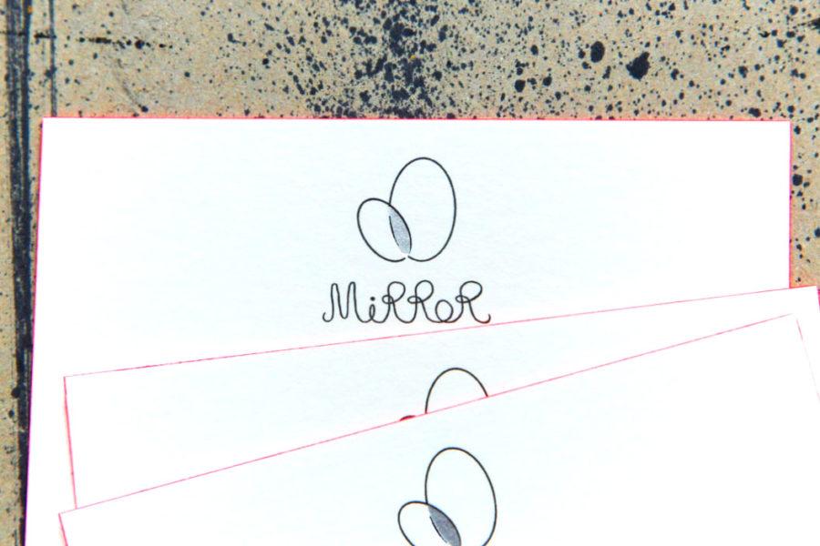 Carte de visite avec la tranche en couleur rose fluo et gravée en dorure argent et en letterpress noir pour galerie Mirror par l'imprimerie Intaglio