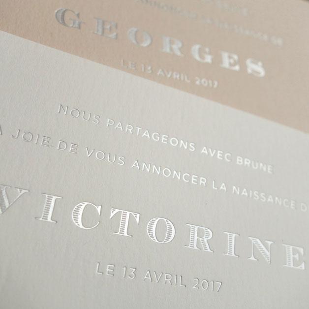 Faire-part de naissance collection Altesse en dorure argent sur carte de couleur Grey et Biscuit par Intaglio-Paris