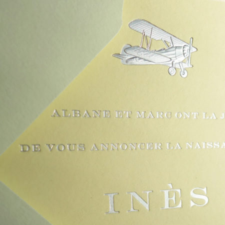 Faire-part de naissance collection médaillon avion en dorure argent sur carte de couleur Citron par Intaglio-Paris
