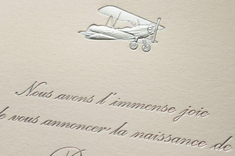 Faire-part de naissance collection Médaillon Avion en dorure argent sur carte de couleur Naturel par Intaglio-Paris