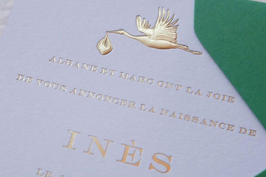 Faire-part de naissance collection Médaillon Cigogne en dorure Or sur carte de couleur Blanche par Intaglio-Paris