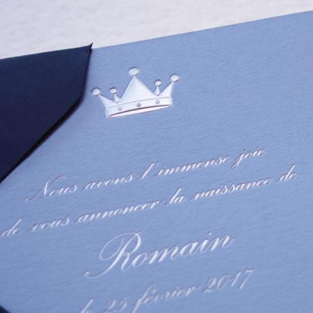 Faire-part de naissance collection médaillon couronne en dorure argent sur carte de couleur bleu azur par Intaglio-Paris