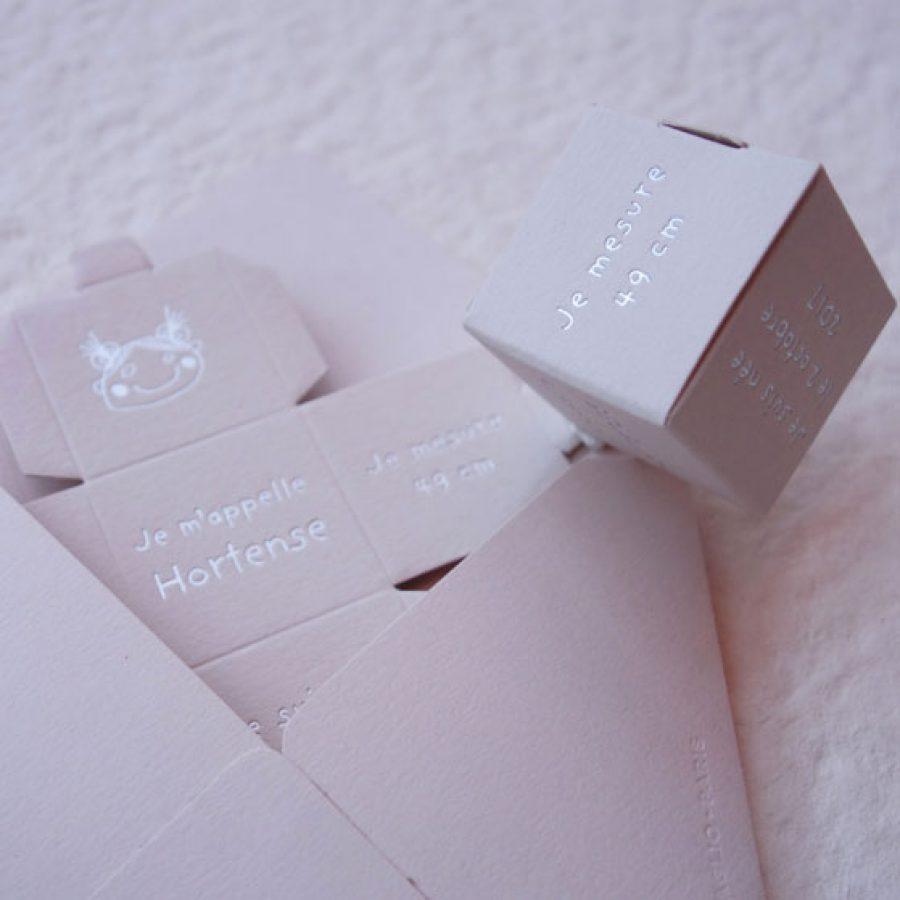 Faire-part de naissance collection Cube Lulu dorure argent sur carte de couleur Biscuit par Intaglio-Paris