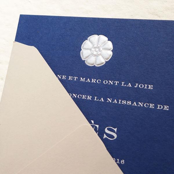 Faire-part de naissance collection médaillon fleur en dorure argent sur carte de couleur bleu de sèvres par Intaglio-Paris