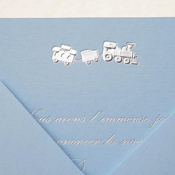 faire_part_naissance_medaillon_train_texte_typo_anglaise_dorure_argent_carte_couleur_azur