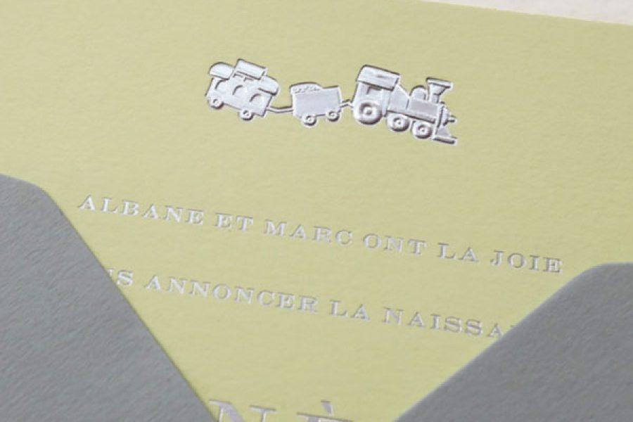Faire-part de naissance collection Médaillon Train en dorure argent sur carte de couleur Citron par Intaglio-Paris