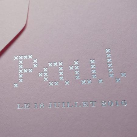 Faire-part de naissance collection Point de Croix en dorure argent sur carte de couleur rose Candy par Intaglio-Paris