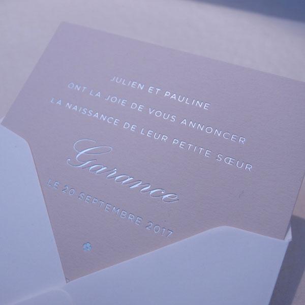 Faire-part de naissance collection Tradition Baton en dorure argent sur carte de couleur Biscuit par Intaglio-Paris
