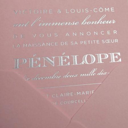 Faire-part de naissance collection West Coast en dorure argent sur carte de couleur rose Candy par Intaglio-Paris