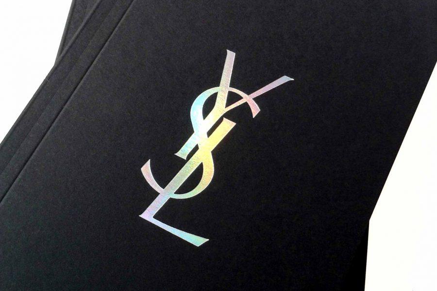 la photo représente un carnet pour Yves Saint Laurent réalisé par l'imprimerie Intaglio imprimée en gravure laser sur un papier noir