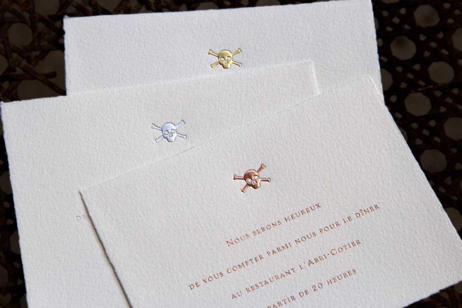 Faire-part de mariage Pirate avec tête de mort en gravure, or, or rose et argent sur carte vélin d'arches par l'imprimerie Intaglio