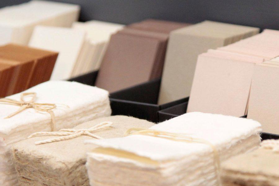 Présentation de papiers pur coton dans les couleurs naturelles dans la boutique de l'imprimerie Intaglio Paris